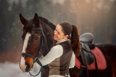 Junge Schönheit mit Pferdeporträt im Freien am Frühlingstag lizenzfreie stockfotos