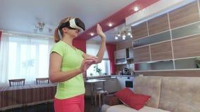 Junge Schönheit mit virtueller Realität in der ersten Erfahrung des modernen Innenraums stock video footage
