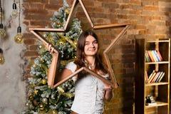 Junge Schönheit nahe Weihnachtsbaum Lizenzfreie Stockbilder