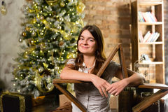 Junge Schönheit nahe Weihnachtsbaum Lizenzfreies Stockbild