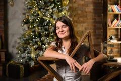 Junge Schönheit nahe Weihnachtsbaum Stockfotos