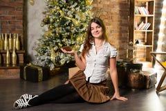 Junge Schönheit nahe Weihnachtsbaum Stockbild