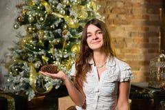 Junge Schönheit nahe Weihnachtsbaum Stockfoto