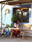 Junge Schönheit sitzt in der Terrasse einer stilvollen Stange in Formentera, die Balearischen Inseln, Spanien Lizenzfreie Stockfotografie