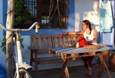 Junge Schönheit sitzt in der Terrasse einer stilvollen Stange in Formentera, die Balearischen Inseln, Spanien stockbilder