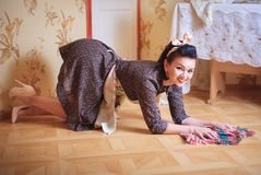 Junge Schönheit wäscht den Boden Schießen in der Pinupart lizenzfreie stockbilder