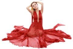 Junge Schönheits-Frau in flatterndem rotem Kleid Lizenzfreie Stockfotos