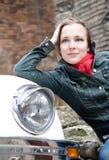 Junge Schönheits-Frau gegen weißes Retro- Auto Stockfotos