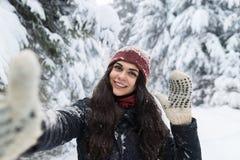 Junge Schönheits-Lächeln-Kamera, die Selfie-Foto im Winter-Schnee Forest Girl Outdoors macht Lizenzfreies Stockfoto
