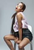 Junge Schönheitsafroamerikanerfrau mit Mode Stockbild