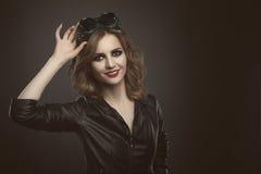 Junge Schönheitsfrau auf Schweißerglasstudiomode schoss Retro- Tonne Stockbild