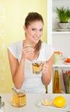 Junge, Schönheitsfrau, die ein Cup des T-Stücks trinkt Lizenzfreie Stockbilder