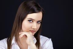 Junge Schönheitsfrau - ernstes Geschäftsportrait stockbild