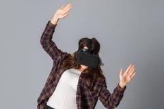 Junge Schönheitsfrau im Sturzhelm der virtuellen Realität Lizenzfreie Stockfotografie