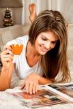 Junge Schönheitsfrau mit einem Tasse Kaffee Lizenzfreie Stockbilder
