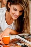 Junge Schönheitsfrau mit einem Tasse Kaffee Stockfoto