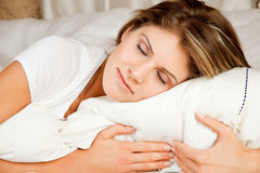 Junge Schönheitsfrauencouch im Bett und im Schlafen Lizenzfreie Stockfotos