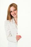 Junge SchönheitsGeschäftsfrau, die um a späht Lizenzfreie Stockbilder