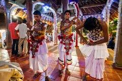 Junge Schauspieler kleiden oben für Kandy Esala Perahera an Stockbild