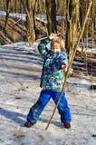 Junge schießt einen Bogen Lizenzfreies Stockfoto
