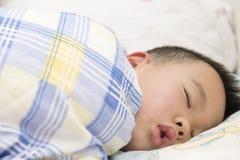 Junge schlafend stockfotografie