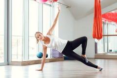 Junge schlanke blonde Frau, die Übungen in der Turnhalle tut Lizenzfreie Stockfotografie