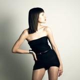 Junge schlanke Frau in der modernen Schwimmenklage Lizenzfreie Stockfotografie