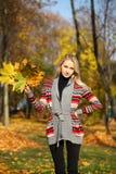 Junge schöne blonde Frau Stockfoto