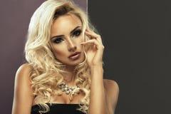 Junge schöne blonde Frauenaufstellung Stockfoto