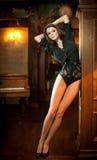 Junge schöne Brunettefrau in der schwarzen festen Sitzkörperaufstellung sinnlich in der Weinleselandschaft Romantische mysteriöse Lizenzfreie Stockfotografie