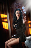Junge schöne Brunettefrau im schwarzen Kleid, das auf in der Weinleselandschaft sich entspannt Romantische mysteriöse junge Dame Stockfotos