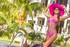 Junge schöne Dame im Sommerhut ihre Sommerferien genießend Lizenzfreies Stockfoto