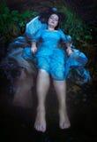 Junge schöne ertrunkene Frau, die im Wasser liegt Lizenzfreie Stockbilder