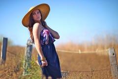 Junge schöne Frau auf einem Feld in der Sommerzeit Stockfotos