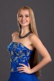 Junge schöne Frau im blauen Kleid Stockfotos