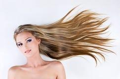 Junge schöne Frau mit den Schönheitshaaren Stockfotografie