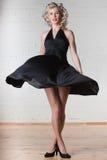 Junge schöne Frau tanzt. Stockfotografie