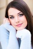 Junge schöne Frau zu Hause Lizenzfreie Stockfotos