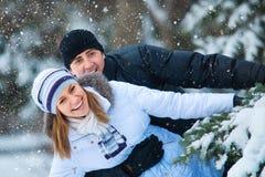 Junge schöne Paare im Winterpark. Lizenzfreies Stockbild