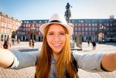 Junge schöne touristische Frau, die Europa in den FeiertagsAustauschstudenten besichtigt und selfie Foto macht Lizenzfreie Stockfotos