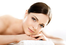 Junge, schöne und gesunde Frau im Badekurortsalon Stockfotografie
