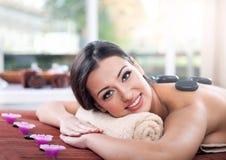 Junge, schöne und gesunde Frau im Badekurortsalon Stockfoto