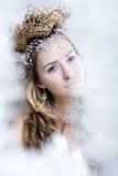 Junge Schneekönigin der Schönheit in den feenhaften Blitzen Lizenzfreie Stockbilder
