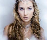 Junge Schneekönigin der Schönheit in den feenhaften Blitzen Lizenzfreie Stockfotos