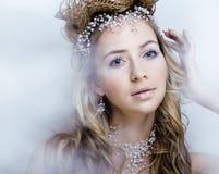 Junge Schneekönigin der Schönheit in den feenhaften Blitzen mit dem Haar Lizenzfreies Stockfoto