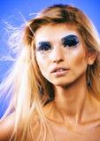 Junge Schneekönigin der Schönheit in den feenhaften Blitzen mit Haarkrone auf ihr Lizenzfreies Stockbild