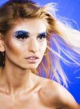Junge Schneekönigin der Schönheit in den feenhaften Blitzen mit Haarkrone auf ihr Lizenzfreie Stockbilder