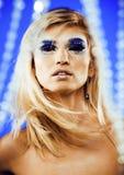 Junge Schneekönigin der Schönheit in den feenhaften Blitzen mit Haarkrone auf ihr Stockfotografie