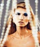 Junge Schneekönigin der Schönheit in den feenhaften Blitzen mit Haarkrone auf ihr Stockbilder