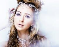Junge Schneekönigin der Schönheit in den feenhaften Blitzen mit Haarkrone auf ihrem Kopf Stockfotos